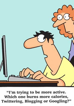 ett par sitter framför datorn och är aktiva på sociala medier