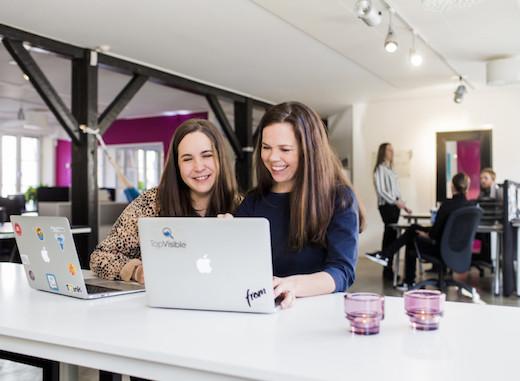 Anna-Karin och Maria arbetar med TopVisibles digitala verktyg