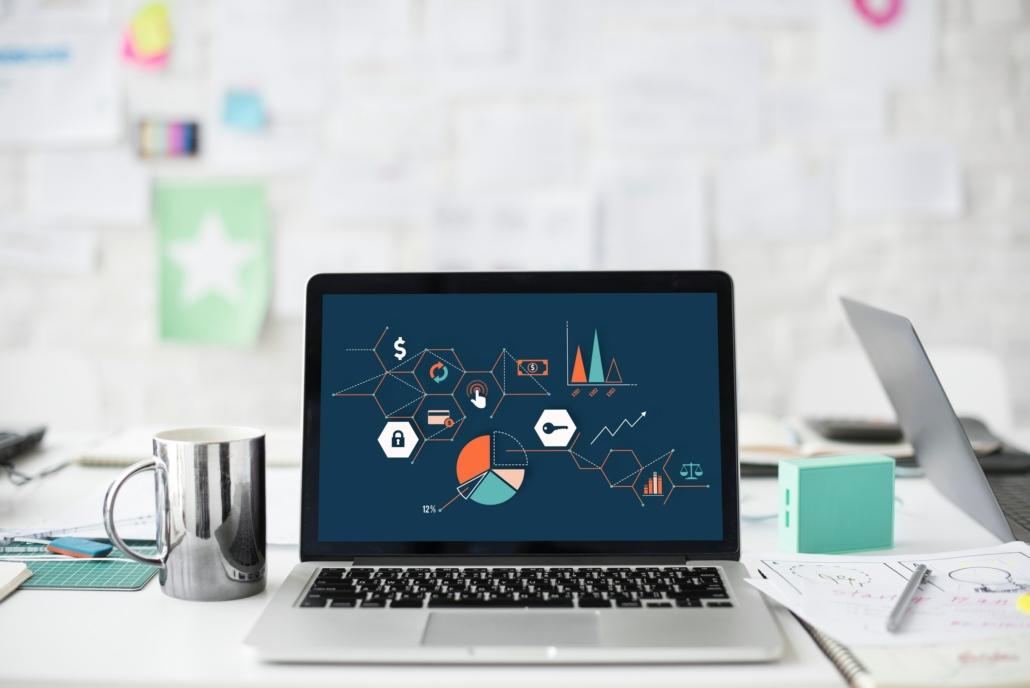 Grå macbook på skrivbord som visar animerad bild av grafer och google tag manager