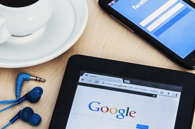 Bild på Google i Ipad och Facebook i telefon